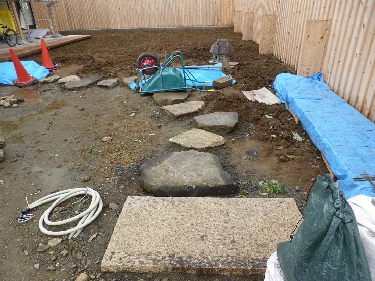 石と雑木の庭、ただ今施工中です。_e0356655_17580248.jpg