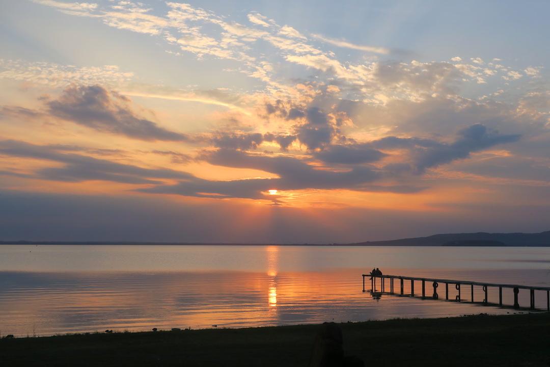 金色の夕焼けと濃紺・ピンクのたそがれ、トラジメーノ湖_f0234936_614293.jpg