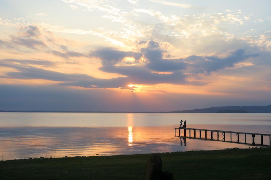 金色の夕焼けと濃紺・ピンクのたそがれ、トラジメーノ湖_f0234936_6182482.jpg