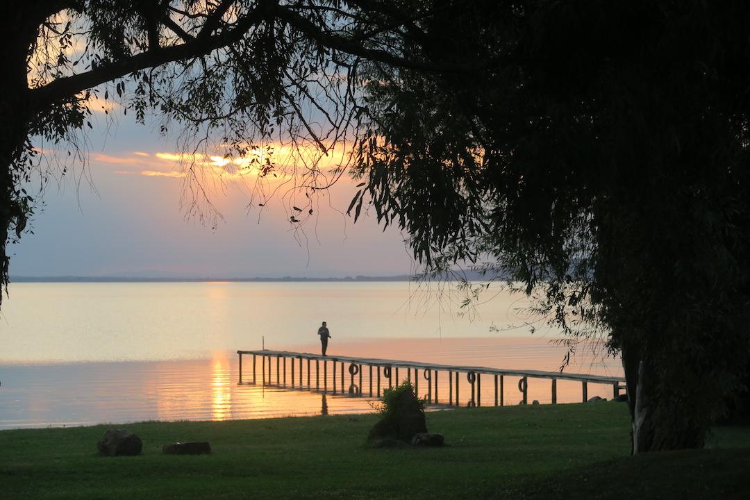 金色の夕焼けと濃紺・ピンクのたそがれ、トラジメーノ湖_f0234936_6202685.jpg