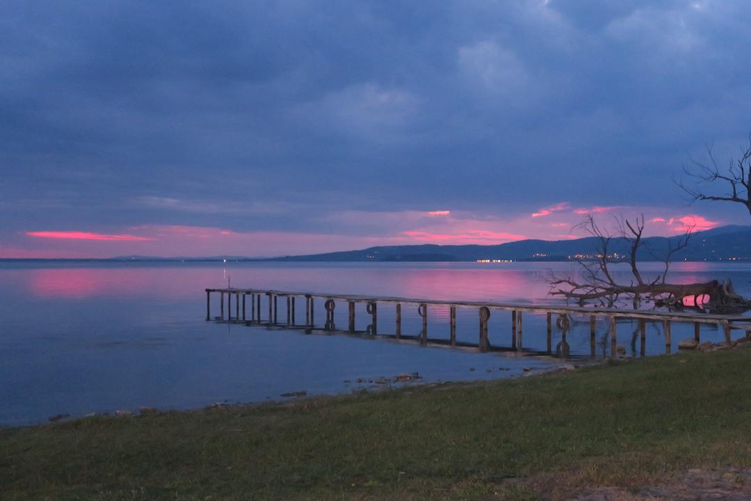 金色の夕焼けと濃紺・ピンクのたそがれ、トラジメーノ湖_f0234936_6273717.jpg
