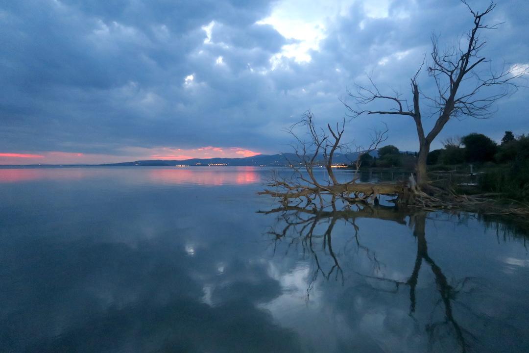 金色の夕焼けと濃紺・ピンクのたそがれ、トラジメーノ湖_f0234936_6311827.jpg