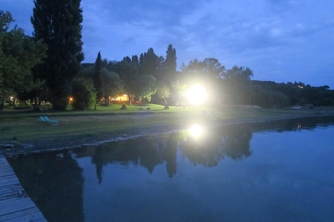 金色の夕焼けと濃紺・ピンクのたそがれ、トラジメーノ湖_f0234936_6362629.jpg