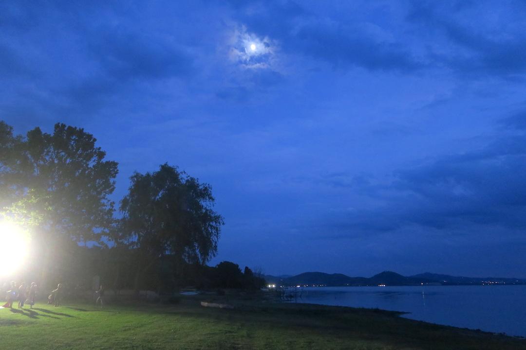 金色の夕焼けと濃紺・ピンクのたそがれ、トラジメーノ湖_f0234936_639356.jpg