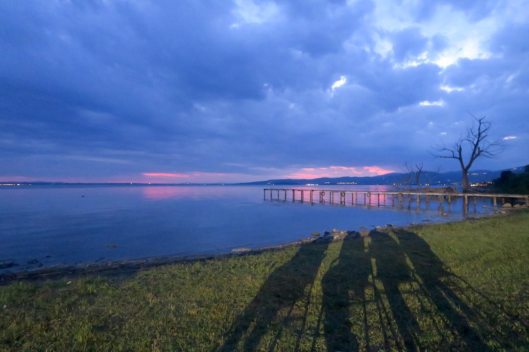 金色の夕焼けと濃紺・ピンクのたそがれ、トラジメーノ湖_f0234936_6413027.jpg