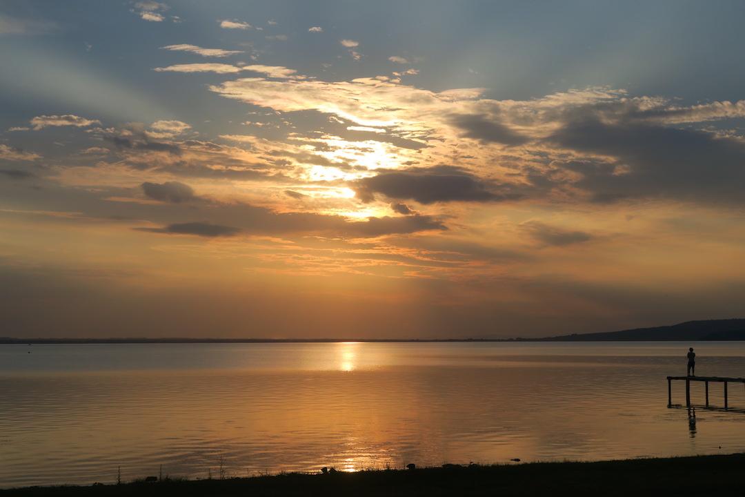 金色の夕焼けと濃紺・ピンクのたそがれ、トラジメーノ湖_f0234936_651745.jpg