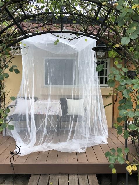 デッキに天蓋蚊帳をつるしました_a0243064_17095845.jpg