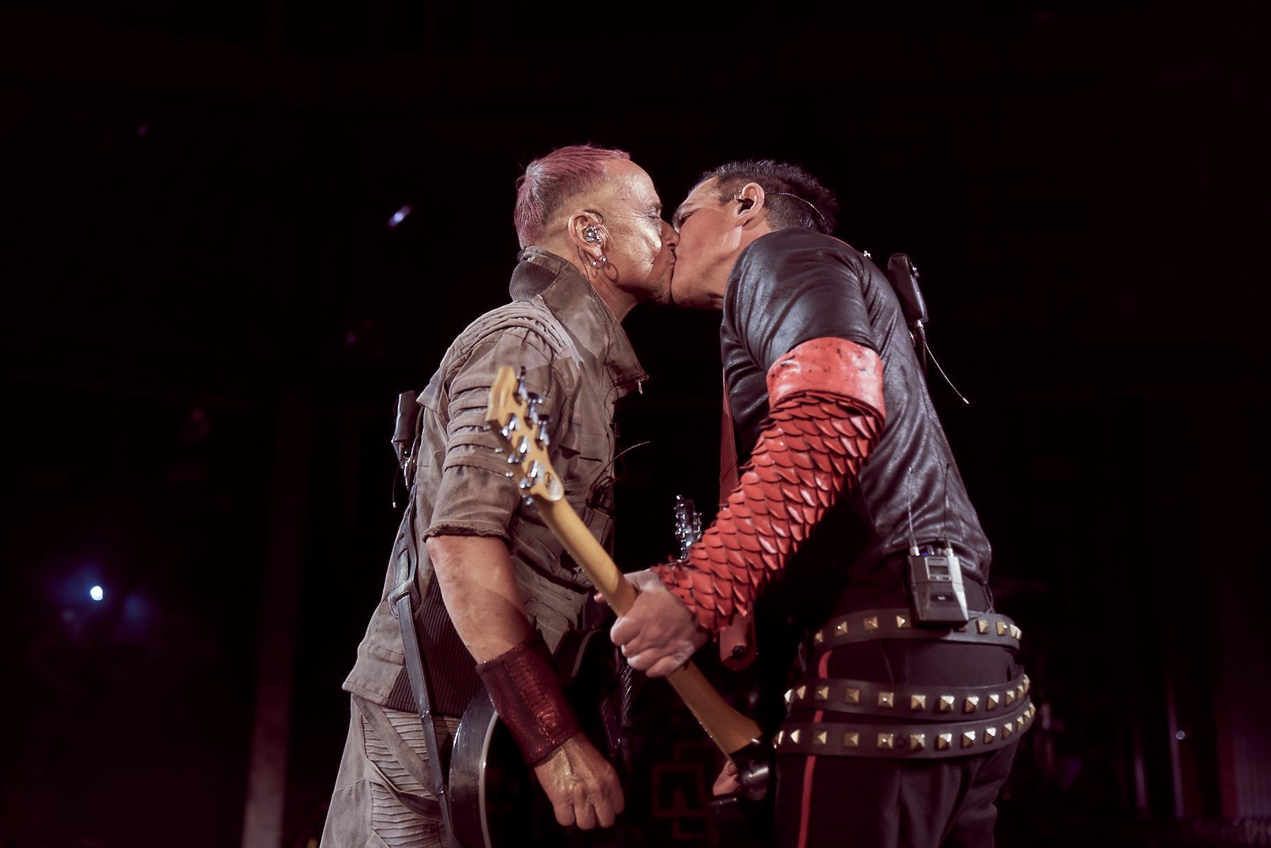 Rammsteinのギタリスト二人がロシアの反LGBTQ法に抗議してステージ上でキス_b0233987_21512828.jpg