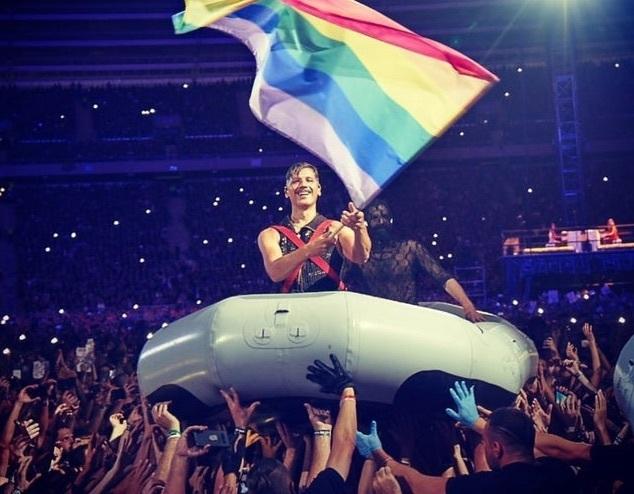 Rammsteinのギタリスト二人がロシアの反LGBTQ法に抗議してステージ上でキス_b0233987_21525425.jpg