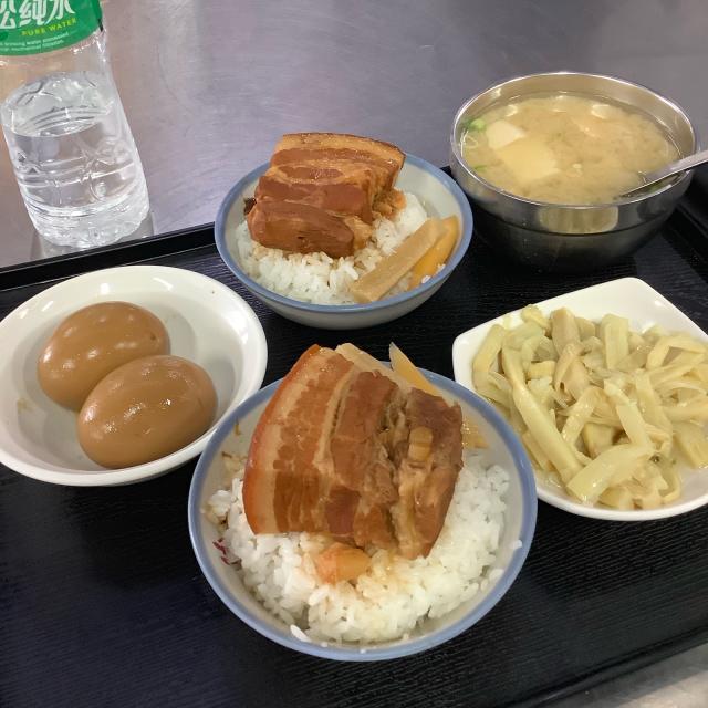 台中第二市場で肉まん、ワンタン、ルーローハンと絶品朝ごはん。しかし暑さで倒れそうだ。_a0334793_21183641.jpg