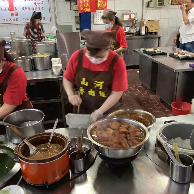 台中第二市場で肉まん、ワンタン、ルーローハンと絶品朝ごはん。しかし暑さで倒れそうだ。_a0334793_21184525.jpg
