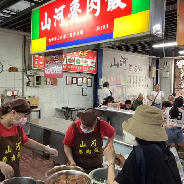 台中第二市場で肉まん、ワンタン、ルーローハンと絶品朝ごはん。しかし暑さで倒れそうだ。_a0334793_21191734.jpg