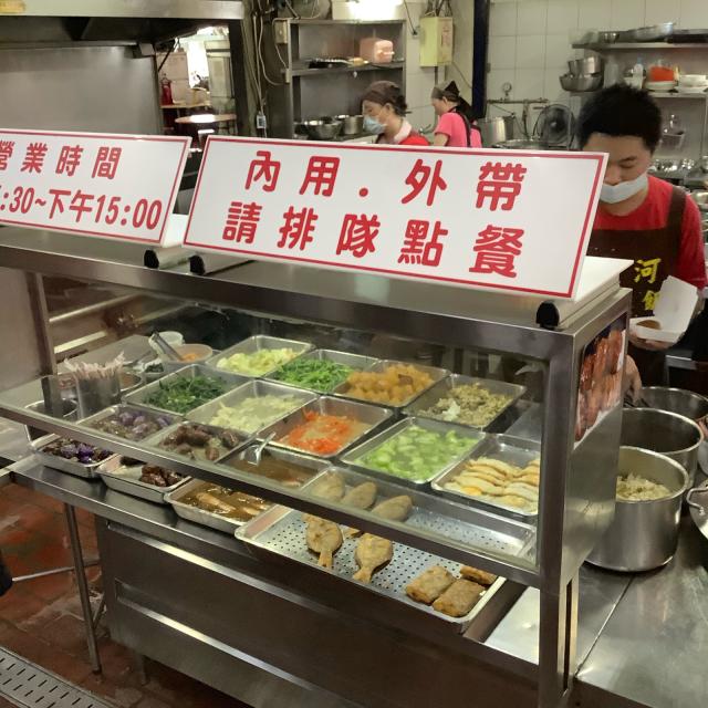台中第二市場で肉まん、ワンタン、ルーローハンと絶品朝ごはん。しかし暑さで倒れそうだ。_a0334793_21200457.jpg