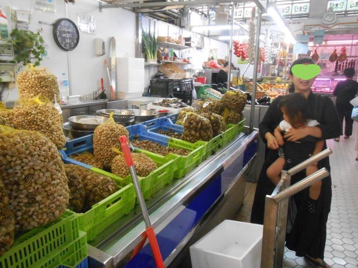 バレンシアで料理する 5)みんなでバレンシア中央市場へ!前編・圧巻のカタツムリ屋さん_a0095931_23471212.jpg