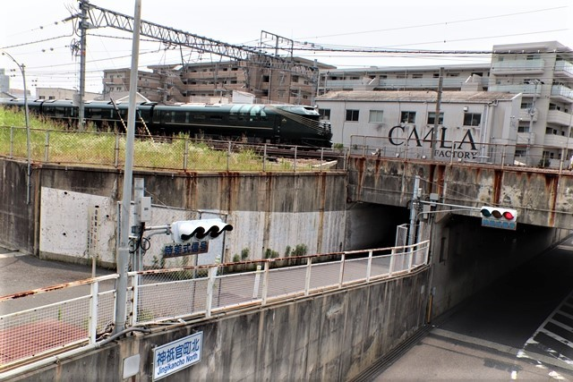 藤田八束の鉄道写真@ここは西宮、東海道本線が町中をはしります・・・瑞風、スーパーはくと、そして貨物列車「桃太郎」がはしる_d0181492_21301808.jpg