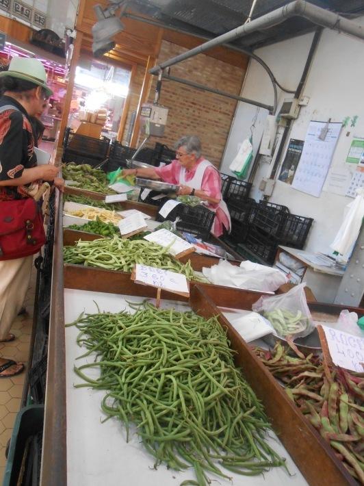 バレンシアで料理する 5)みんなでバレンシア中央市場へ!前編・圧巻のカタツムリ屋さん_a0095931_00422291.jpg
