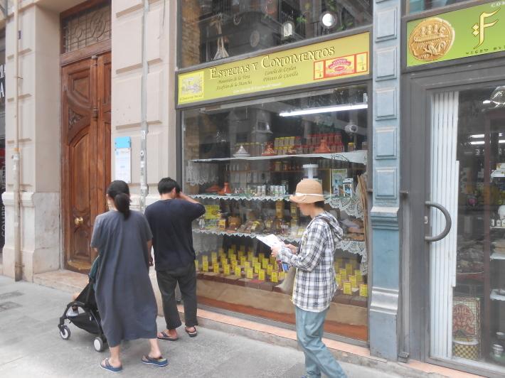 バレンシアで料理する 5)みんなでバレンシア中央市場へ!前編・圧巻のカタツムリ屋さん_a0095931_12300725.jpg