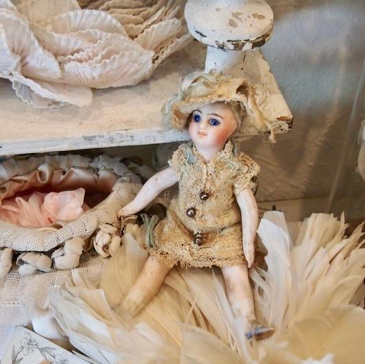 パリの蚤の市から大阪&池袋*妖精のようなミニョネットとパニエ型ジュエリーケースなど_c0094013_00043916.jpg