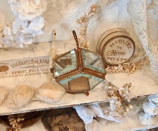 パリの蚤の市から大阪&池袋*妖精のようなミニョネットとパニエ型ジュエリーケースなど_c0094013_00050763.jpg