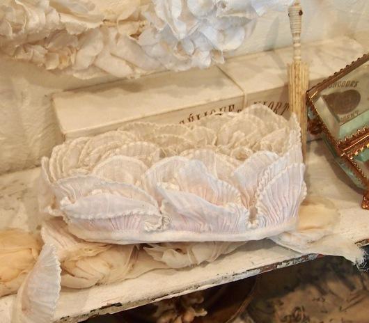 パリの蚤の市から大阪&池袋*妖精のようなミニョネットとパニエ型ジュエリーケースなど_c0094013_00240815.jpg