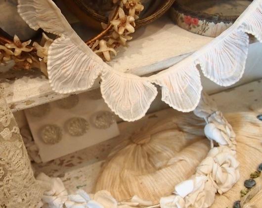 パリの蚤の市から大阪&池袋*妖精のようなミニョネットとパニエ型ジュエリーケースなど_c0094013_00241382.jpg
