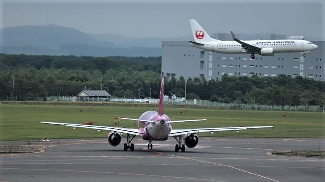 藤田八束の鉄道写真@札幌空港の飛行機達、札幌で見つけた可愛いマンホール_d0181492_22422409.jpg