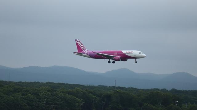 藤田八束の鉄道写真@札幌空港で離発着する飛行機、札幌空港からの貨物列車の写真、楽しい飛行機たちが勢ぞろいした札幌空港_d0181492_22441078.jpg
