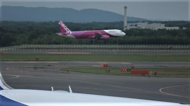 藤田八束の鉄道写真@札幌空港で離発着する飛行機、札幌空港からの貨物列車の写真、楽しい飛行機たちが勢ぞろいした札幌空港_d0181492_22441794.jpg