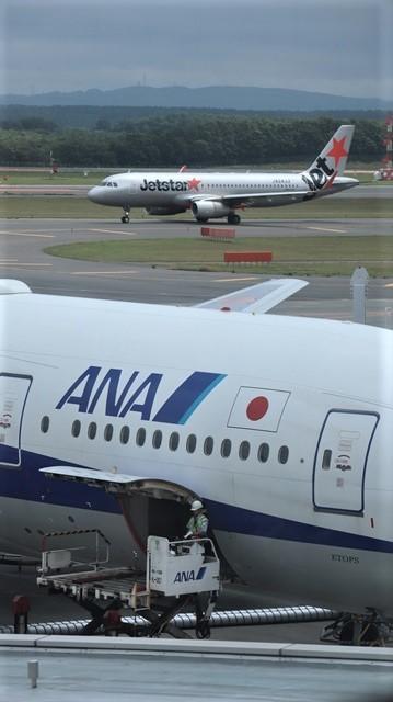 藤田八束の鉄道写真@札幌空港で離発着する飛行機、札幌空港からの貨物列車の写真、楽しい飛行機たちが勢ぞろいした札幌空港_d0181492_22475277.jpg