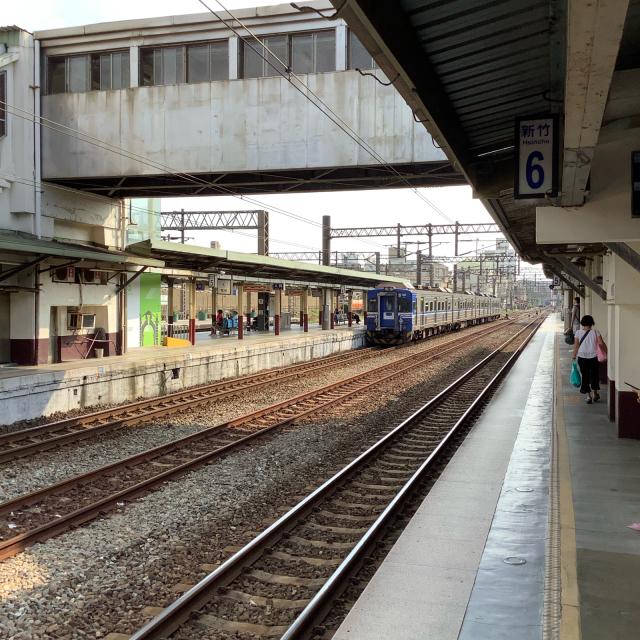 台鉄新竹駅構内ではしゃぐおっさん。_a0334793_23254882.jpg
