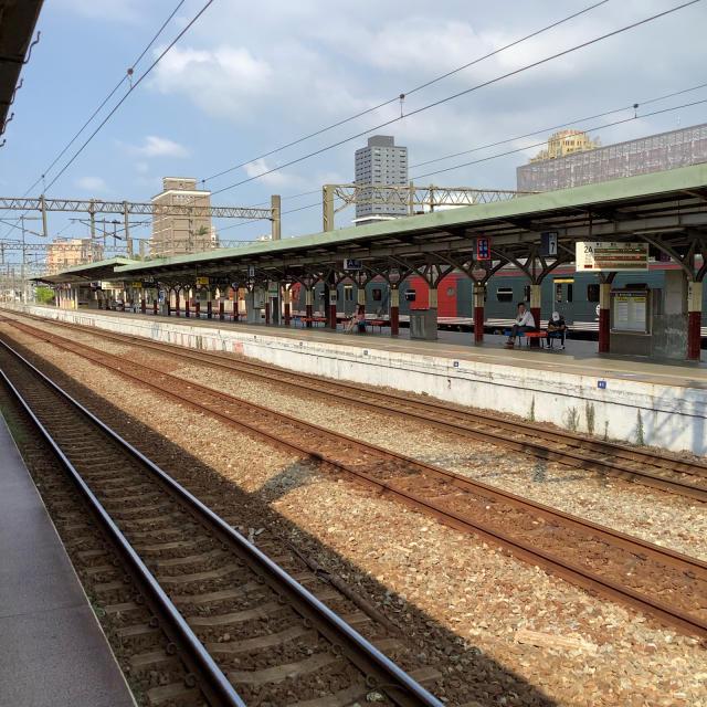 台鉄新竹駅構内ではしゃぐおっさん。_a0334793_23263064.jpg