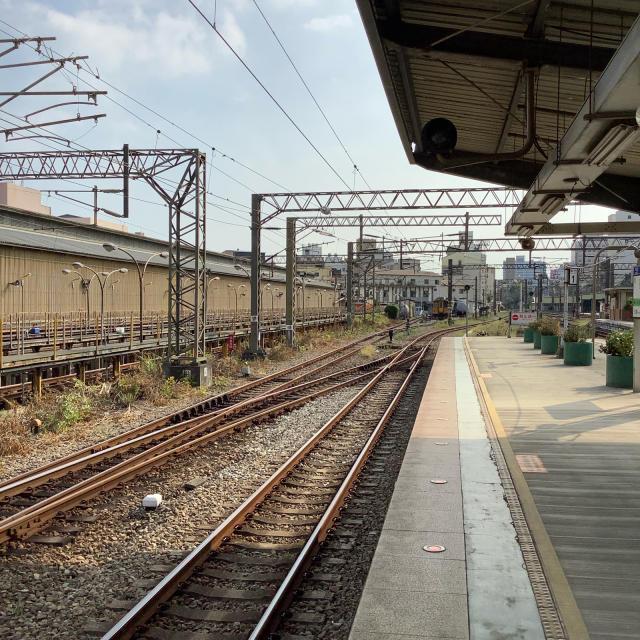 台鉄新竹駅構内ではしゃぐおっさん。_a0334793_23270185.jpg