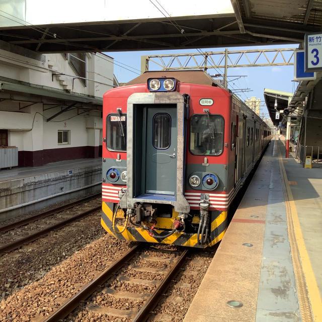 台鉄新竹駅構内ではしゃぐおっさん。_a0334793_23271726.jpg