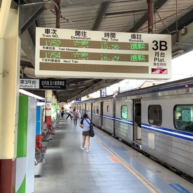 台鉄新竹駅構内ではしゃぐおっさん。_a0334793_23285095.jpg