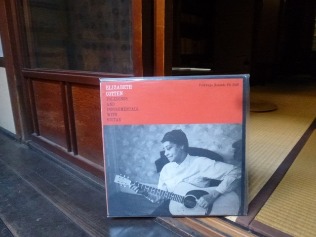 Folksongs And Instrumentals With Guitar / Elizabeth Cotten_e0230141_00241156.jpg