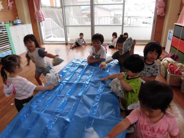 新聞紙遊び_a0382671_09080376.jpg
