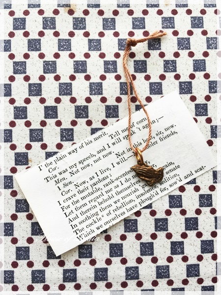 祈りの手モチーフと真鍮パーツのピアス・・・2デザイン_a0341548_14073215.jpg