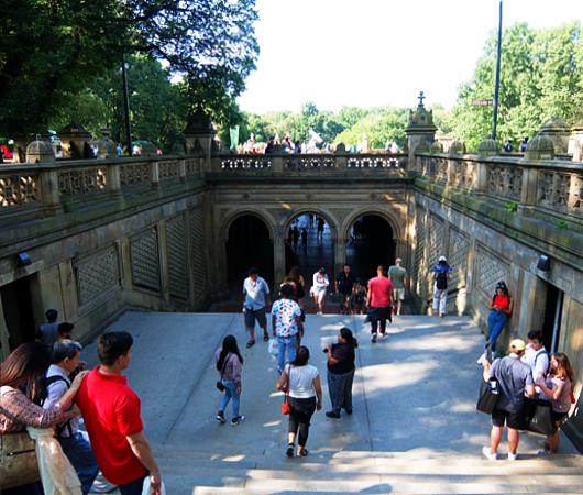セントラルパークのベセスダ・テラス(Bethesda Terrace)から見下ろす噴水広場と湖_b0007805_05201094.jpg