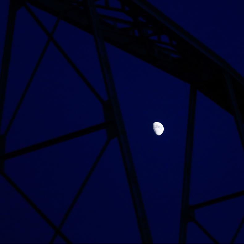 見上げると白い月_c0060143_23510811.jpg