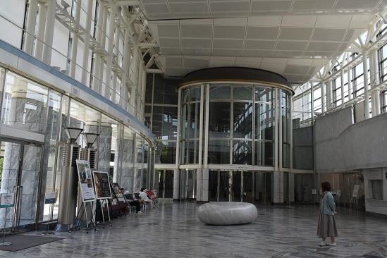 街角美術館 コンサートホール「きたら」のロビーに安田侃の作品がありました。_f0362073_17340278.jpg