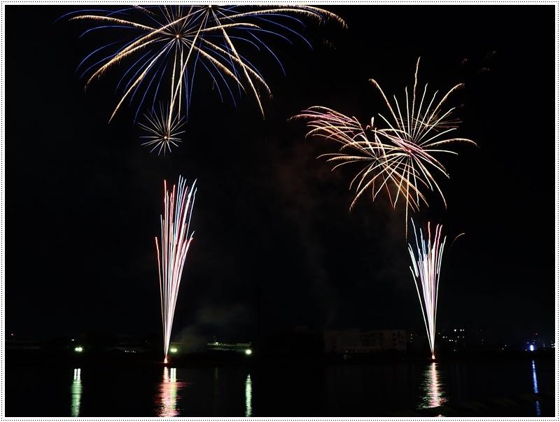 大分の夏祭り その4 花火大会 色鮮やかな花火も良いけど、日本古来の花火も素敵です_b0175688_07432336.jpg
