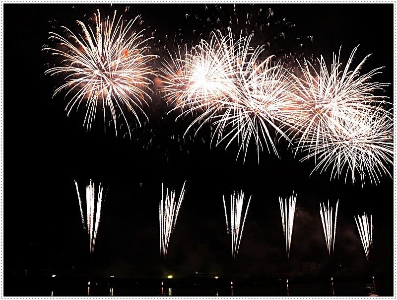 大分の夏祭り その4 花火大会 色鮮やかな花火も良いけど、日本古来の花火も素敵です_b0175688_07440190.jpg