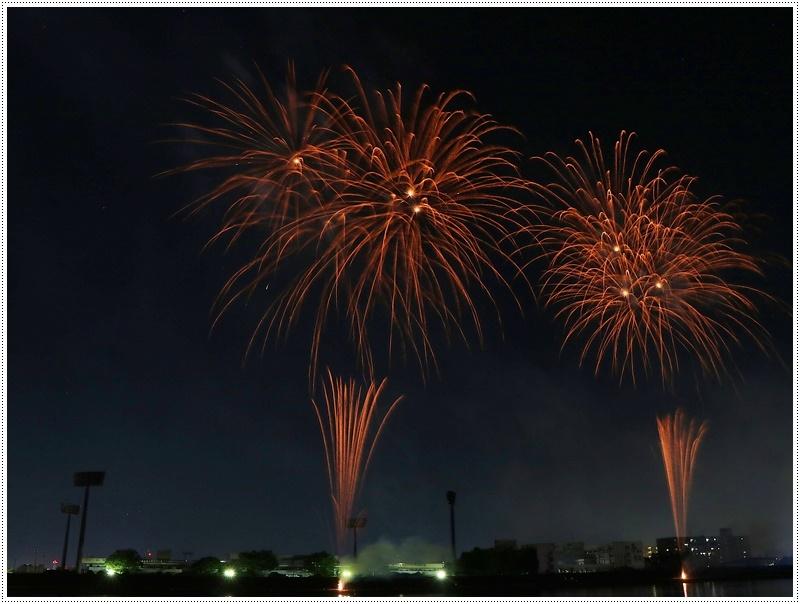 大分の夏祭り その4 花火大会 色鮮やかな花火も良いけど、日本古来の花火も素敵です_b0175688_07534272.jpg