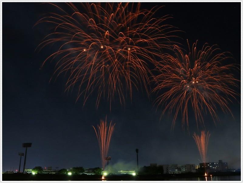 大分の夏祭り その4 花火大会 色鮮やかな花火も良いけど、日本古来の花火も素敵です_b0175688_07534899.jpg
