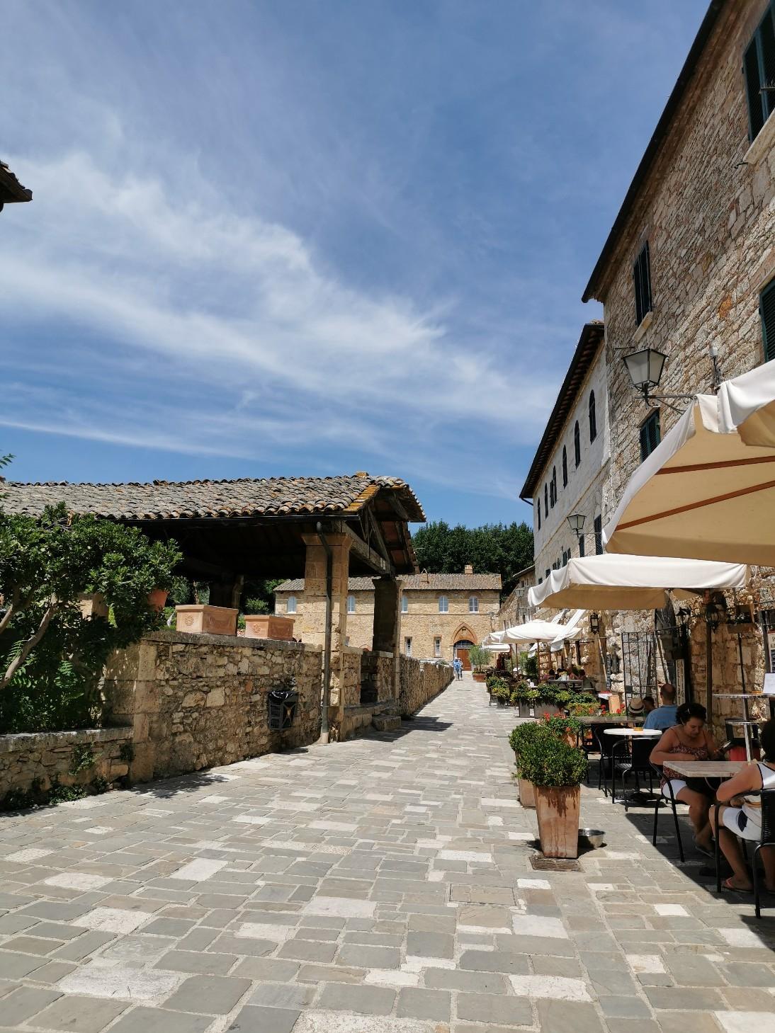 村の広場に温泉が湧くバーニョ・ヴィニョーニ_f0106597_00471024.jpg