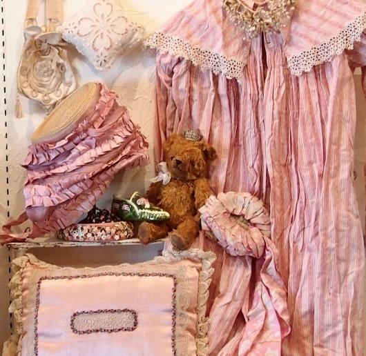 パリの蚤の市から*ピンクのリボン帽子や陶器の靴&ガウン_c0094013_14171189.jpeg
