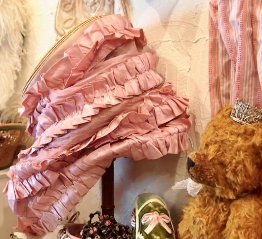パリの蚤の市から*ピンクのリボン帽子や陶器の靴&ガウン_c0094013_14253882.jpeg