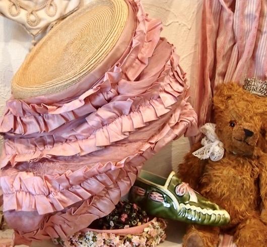 パリの蚤の市から*ピンクのリボン帽子や陶器の靴&ガウン_c0094013_14260492.jpeg