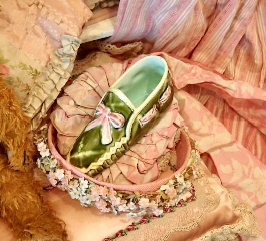 パリの蚤の市から*ピンクのリボン帽子や陶器の靴&ガウン_c0094013_15020217.jpeg