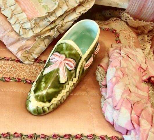 パリの蚤の市から*ピンクのリボン帽子や陶器の靴&ガウン_c0094013_15030469.jpeg